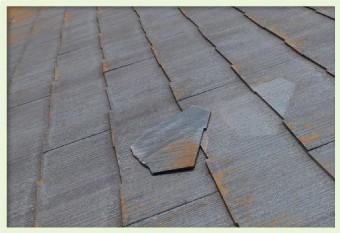 スレート材の一部が屋根から抜け落ち