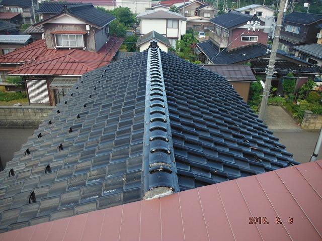 上越市大潟区で瓦屋根を板金屋根に葺き替えるための解体作業開始