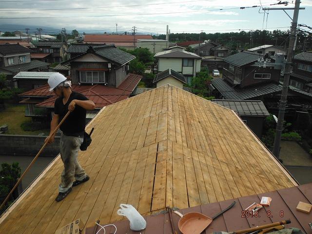 上越市大潟区で瓦屋根を板金屋根に葺き替え作業の屋根板金葺き