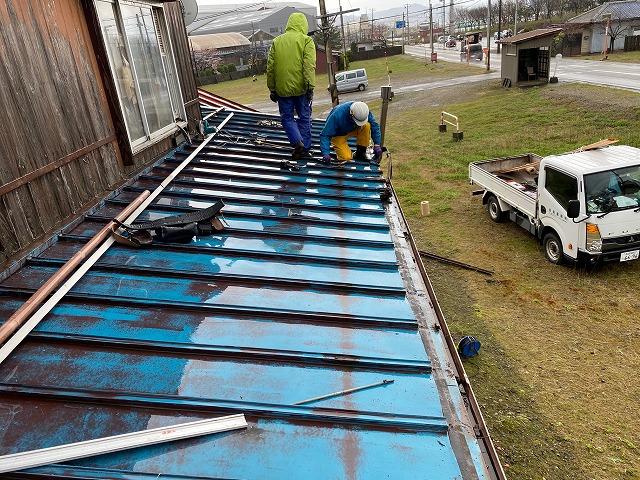 上越市高崎新田で雨漏りでお困りのお客様の屋根をカバー工法で施工しました