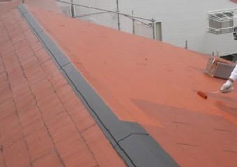 シリコン塗料で屋根を中塗りする様子