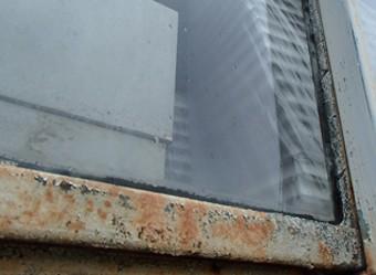 傷んだ窓枠